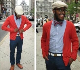 Cómo combinar: cárdigan rojo, camisa de manga larga de cambray azul, pantalón chino azul marino, zapatos brogue de cuero marrón claro