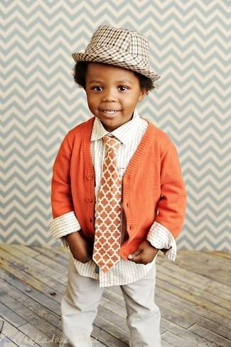 Cómo combinar: cárdigan naranja, camisa de manga larga de rayas verticales blanca, pantalones en beige, sombrero marrón claro