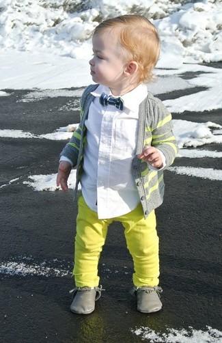 Cómo combinar: cárdigan gris, camisa de manga larga blanca, vaqueros en amarillo verdoso, botas safari grises