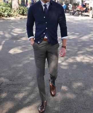 Elige un cárdigan azul marino y una corbata para crear un estilo informal elegante. ¿Te sientes valiente? Opta por un par de zapatos derby de cuero marrón oscuro.