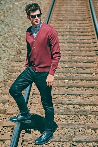 Cómo combinar: cárdigan rojo, camisa de vestir de cuadro vichy azul, vaqueros negros, zapatos derby de cuero negros