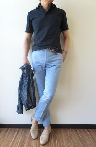 Cómo combinar: cárdigan estampado azul marino, camisa polo negra, pantalón chino celeste, mocasín de ante en beige