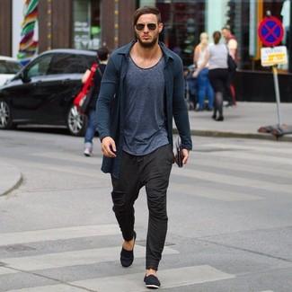 Look de moda Cárdigan Gris Oscuro, Camiseta con Cuello Barco Gris Oscuro, Pantalón de Chándal Marrón Oscuro, Alpargatas de Lona Negras