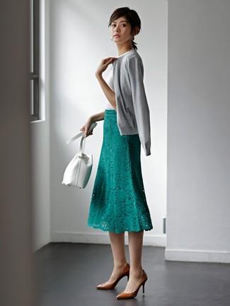 Cómo combinar: cárdigan gris, camiseta con cuello circular blanca, falda midi de encaje verde, zapatos de tacón de cuero marrónes