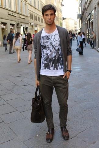 Cómo combinar: cárdigan gris, camiseta con cuello circular estampada en blanco y negro, pantalón chino en marrón oscuro, zapatos con hebilla de cuero en marrón oscuro