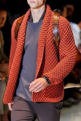Cómo combinar: cárdigan de punto naranja, camiseta con cuello circular gris, pantalón chino en marrón oscuro, mochila de cuero marrón