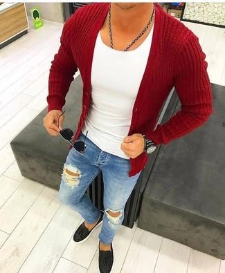 Cómo combinar: cárdigan rojo, camiseta con cuello circular blanca, vaqueros pitillo desgastados azules, mocasín con borlas de cuero negro