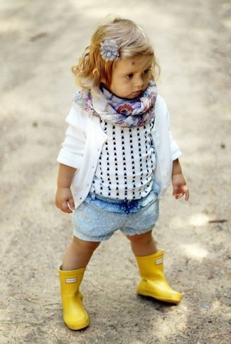 Cómo combinar: cárdigan blanco, camiseta sin manga blanca, pantalones cortos vaqueros celestes, botas de lluvia amarillas