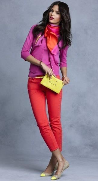 Cómo combinar: cárdigan rosa, camiseta sin manga rosa, pantalones pitillo rojos, bailarinas de cuero en beige