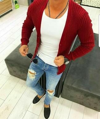 Cómo combinar: cárdigan rojo, camiseta sin mangas blanca, vaqueros pitillo desgastados azules, mocasín con borlas de cuero negro