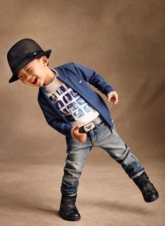 Cómo combinar: cárdigan azul, camiseta estampada blanca, vaqueros azules, botas negras