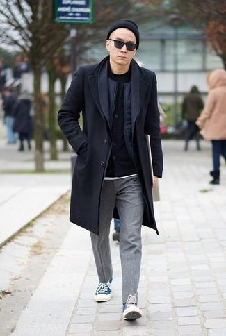 Outfits hombres: Emparejar un abrigo largo negro junto a un pantalón chino de lana gris es una opción grandiosa para un día en la oficina. ¿Quieres elegir un zapato informal? Opta por un par de tenis de lona azules para el día.