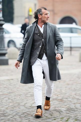 Combinar un chaleco de vestir en gris oscuro: Intenta ponerse un chaleco de vestir en gris oscuro y un pantalón chino blanco para una apariencia clásica y elegante. Zapatos con doble hebilla de cuero marrón claro son una opción excelente para completar este atuendo.