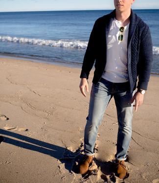Cómo combinar: cárdigan con cuello chal azul marino, camiseta henley blanca, vaqueros grises, botas safari de ante marrón claro