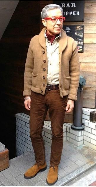 Cómo combinar: cárdigan con cuello chal marrón claro, camisa de manga larga blanca, vaqueros de pana marrónes, botas safari de ante marrón claro