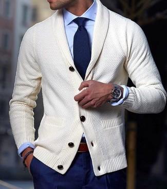 Considera ponerse un cárdigan con cuello chal en beige y un pantalón de vestir azul marino para una apariencia clásica y elegante.