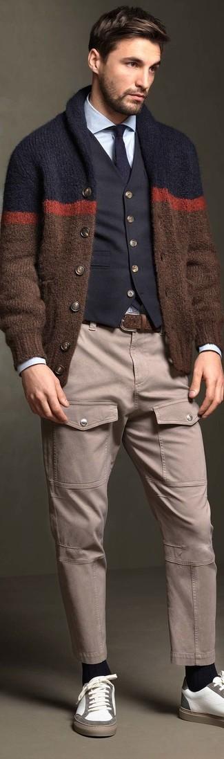 Cómo combinar: cárdigan con cuello chal marrón, chaleco de vestir azul marino, camisa de vestir celeste, pantalón cargo gris