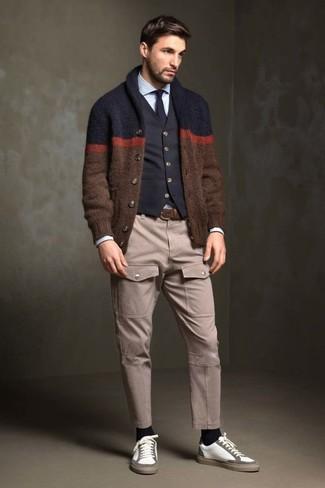 Emparejar un cárdigan con cuello chal marrón junto a una corbata es una opción muy buena para un día en la oficina. ¿Te sientes valiente? Completa tu atuendo con tenis de cuero blancos.