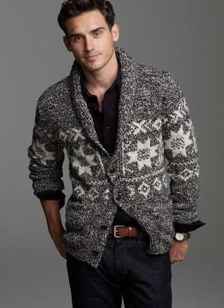 Cómo combinar: cárdigan con cuello chal de grecas alpinos gris, camisa de manga larga negra, vaqueros azul marino, correa de cuero marrón