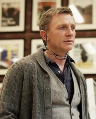 Luce lo mejor que puedas en un cárdigan con cuello chal gris y un chaleco de vestir de lana gris.