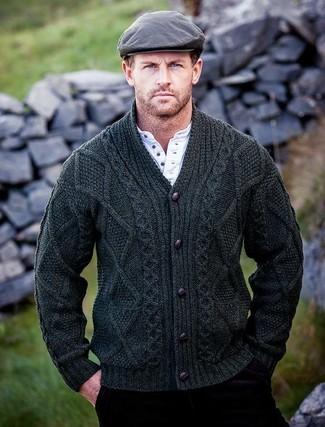 Cómo combinar: cárdigan con cuello chal verde oscuro, camiseta henley blanca, vaqueros de pana burdeos, gorra inglesa gris