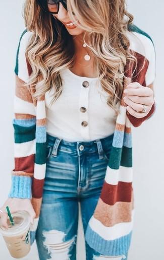 Cómo combinar: cárdigan largo de rayas horizontales en multicolor, camiseta con cuello circular blanca, vaqueros pitillo desgastados azules, gafas de sol negras