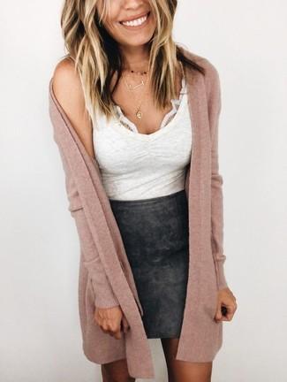 Cómo combinar: cárdigan largo rosado, camiseta sin manga blanca, minifalda de cuero negra, colgante dorado