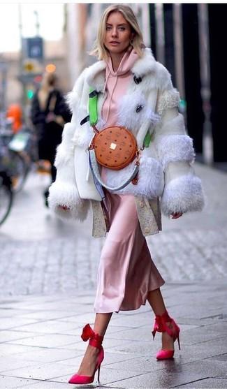 Cómo combinar: vestido camisola de seda rosado, cárdigan largo en beige, sudadera con capucha rosada, chaqueta de piel en beige