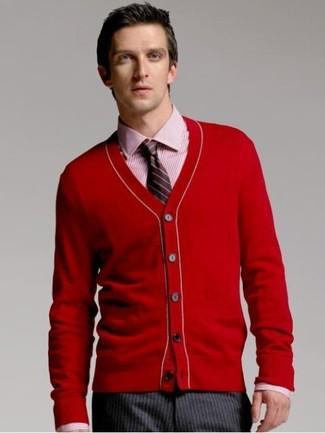 Cómo combinar: cárdigan rojo, camisa de vestir de rayas verticales roja, pantalón de vestir de rayas verticales en gris oscuro, corbata de rayas verticales negra