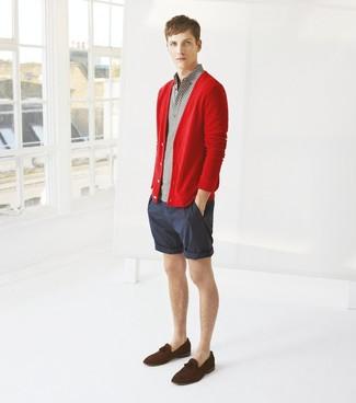 Cómo combinar: cárdigan rojo, camisa polo gris, pantalones cortos de rayas verticales azul marino, mocasín con borlas de ante en marrón oscuro