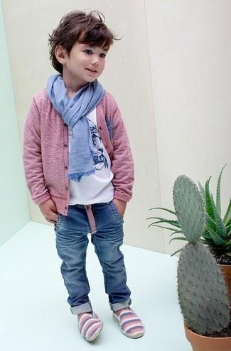 Cómo combinar: cárdigan rosado, camiseta estampada blanca, vaqueros azules, bufanda celeste