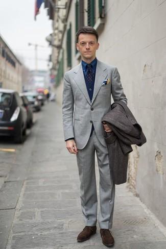 Combinar un abrigo largo en marrón oscuro: Equípate un abrigo largo en marrón oscuro junto a un traje gris para una apariencia clásica y elegante. Este atuendo se complementa perfectamente con zapatos oxford de ante en marrón oscuro.