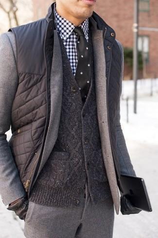 Combinar un chaleco de abrigo acolchado en gris oscuro: Emparejar un chaleco de abrigo acolchado en gris oscuro con un traje de lana gris es una opción incomparable para una apariencia clásica y refinada.