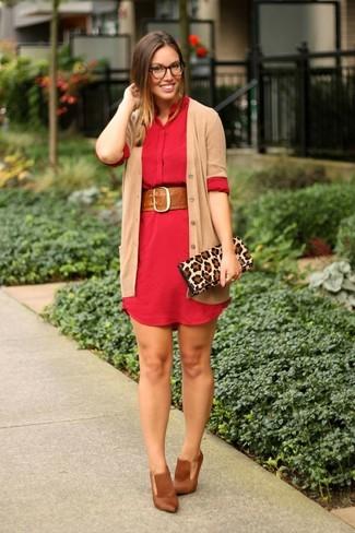 Cómo combinar: cárdigan marrón claro, vestido camisa roja, zapatos de tacón de cuero marrónes, cartera sobre de ante de leopardo marrón claro