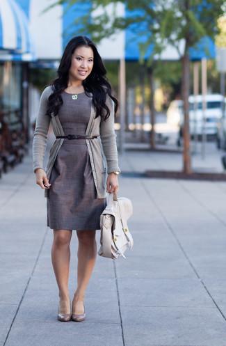 Utiliza un cárdigan gris y un vestido tubo gris para lograr un estilo informal elegante. Completa el look con zapatos de tacón de cuero grises.