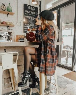 Look de moda: Boina negra, Cartera de cuero burdeos, Botines con cordones de cuero negros, Vestido casual a cuadros marrón