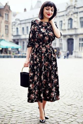 Cómo combinar: cartera de ante negra, zapatos de tacón de cuero negros, vestido midi con print de flores negro