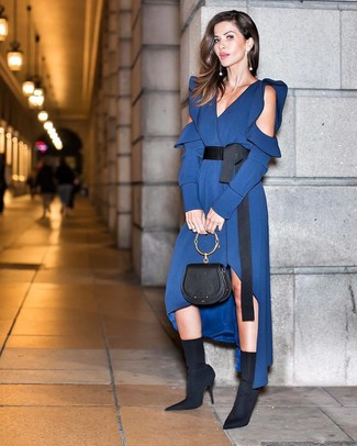 Cómo combinar: cartera de cuero negra, botines de elástico negros, vestido midi de seda azul marino