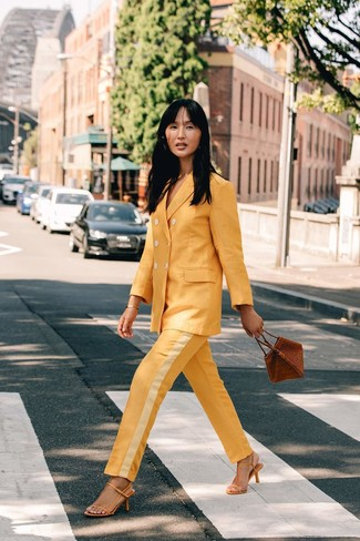 Cómo combinar: pulsera dorada, cartera de cuero marrón, sandalias de tacón de cuero amarillas, traje amarillo