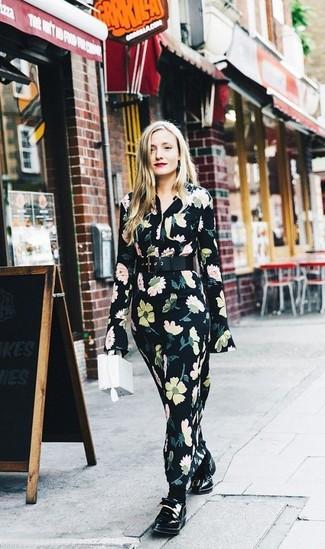 Combinar un vestido largo con print de flores negro: Ponte un vestido largo con print de flores negro transmitirán una vibra libre y relajada. Elige un par de mocasín de cuero negros para mostrar tu lado fashionista.