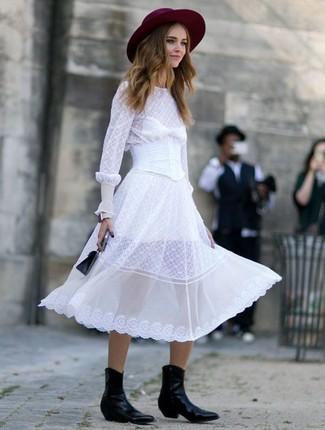 Cómo combinar: sombrero de lana burdeos, cartera de cuero negra, botas camperas de cuero negras, vestido midi de gasa blanco