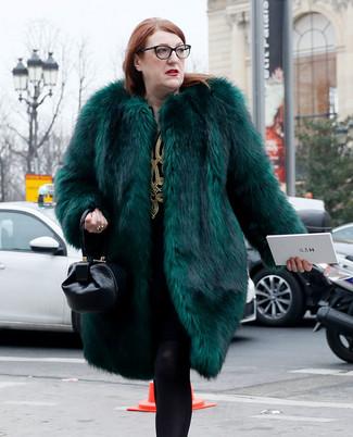 Cómo combinar: medias de lana negras, cartera de cuero negra, vestido recto bordado en negro y dorado, abrigo de piel verde oscuro