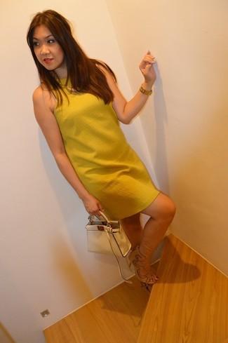 Cómo combinar: reloj dorado, cartera de cuero en beige, sandalias de tacón de ante en beige, vestido recto mostaza