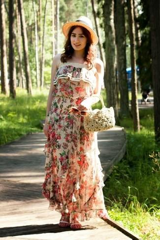 Cómo combinar: sombrero de paja en beige, cartera de paja en beige, sandalias planas de cuero blancas, vestido largo con print de flores en beige