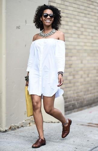 Cómo combinar: collar transparente, cartera sobre de cuero amarilla, zapatos oxford de cuero marrónes, vestido con hombros al descubierto blanco