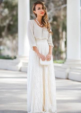 Cómo combinar: collar blanco, cartera sobre de cuero blanca, falda larga de encaje blanca, blusa de manga larga de gasa blanca