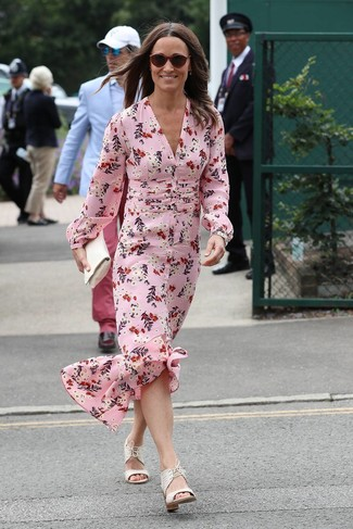 Cómo combinar: gafas de sol burdeos, cartera sobre de cuero blanca, sandalias de tacón de cuero blancas, vestido largo de seda con print de flores rosado