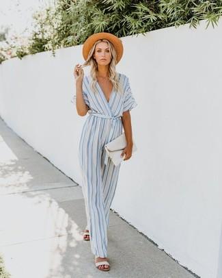 Combinar unas sandalias planas de cuero blancas: Haz de un mono de rayas verticales celeste tu atuendo para un look agradable de fin de semana. Si no quieres vestir totalmente formal, complementa tu atuendo con sandalias planas de cuero blancas.