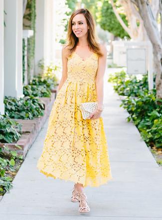 Cómo combinar: pulsera dorada, cartera sobre de crochet blanca, sandalias romanas de cuero en beige, vestido midi de crochet amarillo