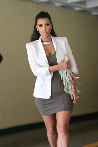 Cómo combinar: collar plateado, cartera sobre de cuero сon flecos blanca, vestido ajustado gris, blazer blanco